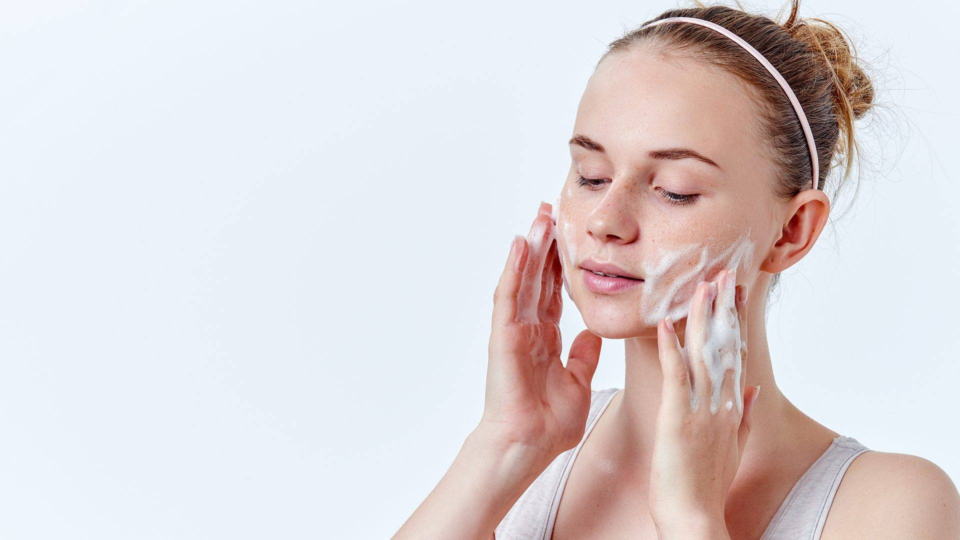 How to Keep Your Hair & Shirt Dry When Washing Your Face - L'Oréal Paris